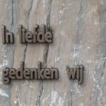 Zilverbronzen tekst op marmer
